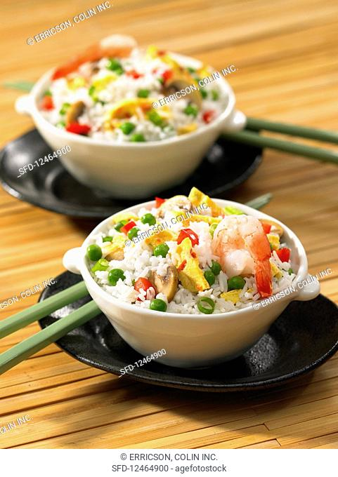 Fried rice with prawns, peas and omelet
