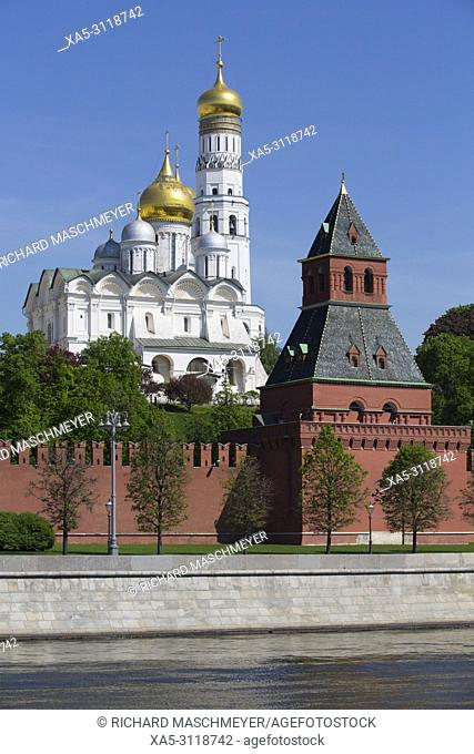 Archangel's Cathedral (foreground), Bell Tower (background), Moscow River, Kremlin, UNESCO World Heritage Site, Moscow, Russia