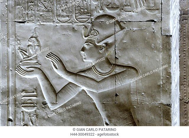 Abydos,Egypt, the mortuary temple of pharaoh Seti I, Menmaatra, (XIX° dyn. 1321-1186 B.C.) - The king gives a statuette of Maat goddess