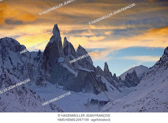 Argentina, Patagonia, Santa Cruz, El Chalten, Cerro Torre, Torre Egger, Aguja Standhart at sunrise in winter