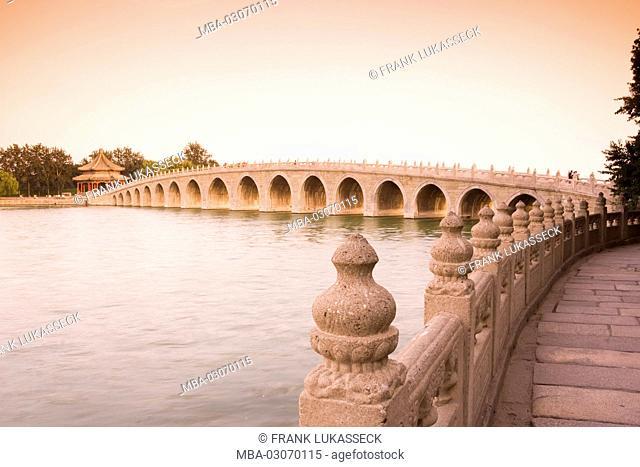 China, Bridge of 17 Arches, Kunming lake, summer palace, evening light