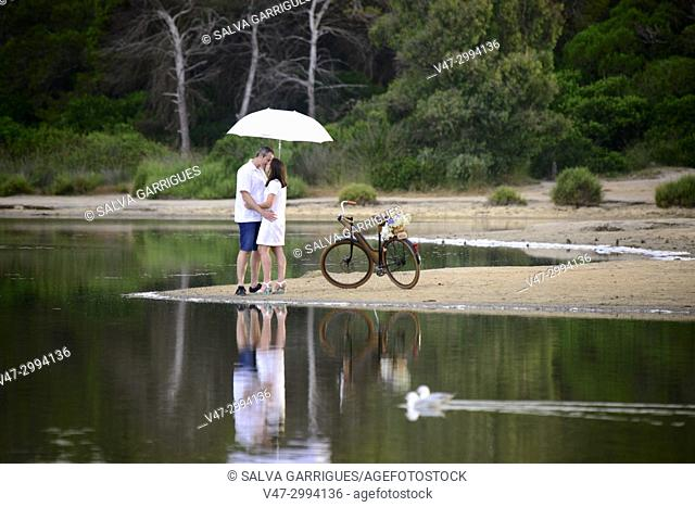 The natural park of l'Albufera is a typical place where people go by bicycle and couples go to take photos