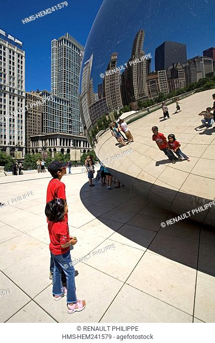 United States, Illinois, Chicago, Loop District, Millennium Park, Anish Kapoor's Cloud Gate, commonly called the Jelly Bean was set up in 2004 for te opening of...