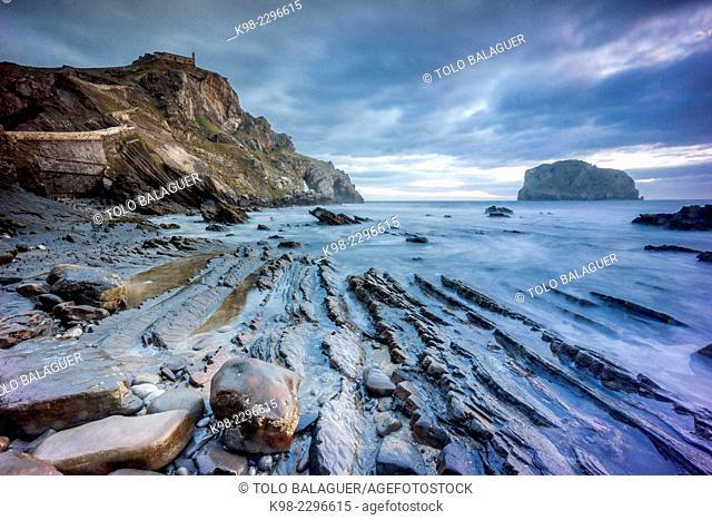 Spain, Euzkadi, Vizcaya, Gaztelugatxe, View of beach and flysch
