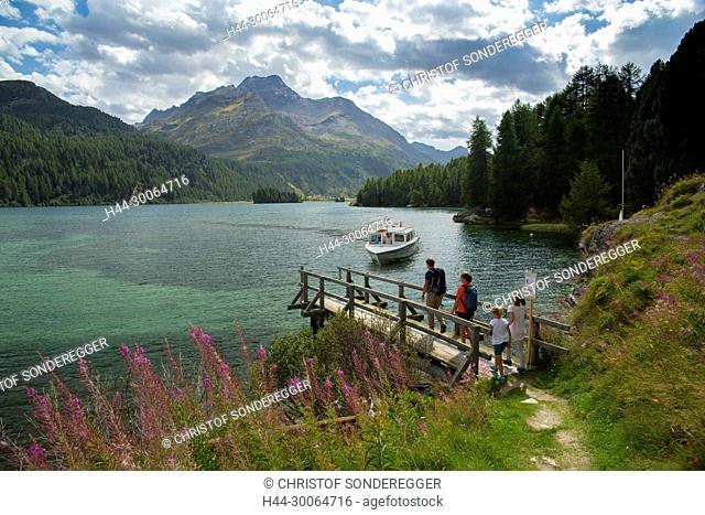 Wanderer bei der Schiffshaltestelle am Silsersee