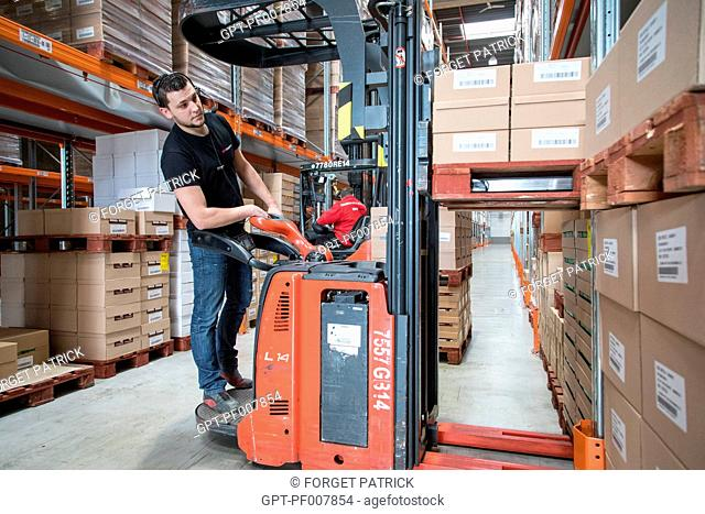 PREPARATION OF THE ORDERS WITH THE MERCHANDISE TRANSPORT FORKLIFT, XPO LOGISTICS COMPANY EUROPE, LOGISTICS PLATFORM OF POUPRY (28), FRANCE