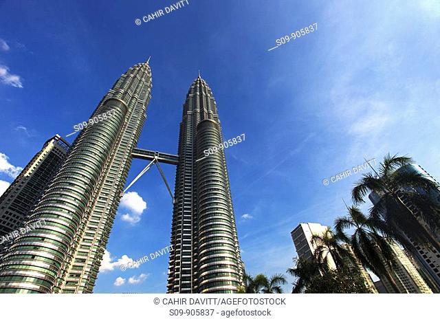 Malaysia, Kuala Lumpur, Kampong Baharu, view of the sky bridge linking the two Petronas Towers designed by the architect Cesar Pelli