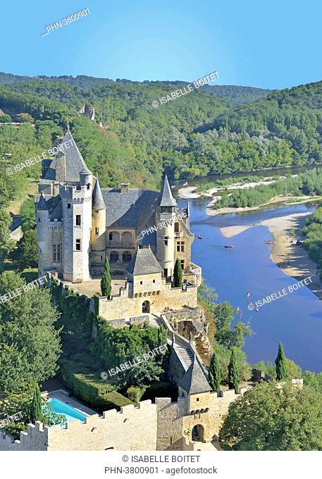 France, Aquitaine, Dordogne, Perigord Noir, Dordogne Valley, Vitrac, Montfort Castle overlooking the Dordogne river, aerial view; exterieur, jour, personnage;