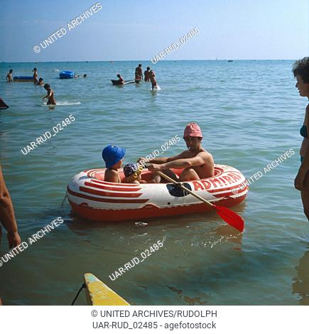 Badeurlaub an der italienischen Adria, Italien 1970er Jahre. Beach holiday at the Italian Adriatic Sea, Italy 1970s