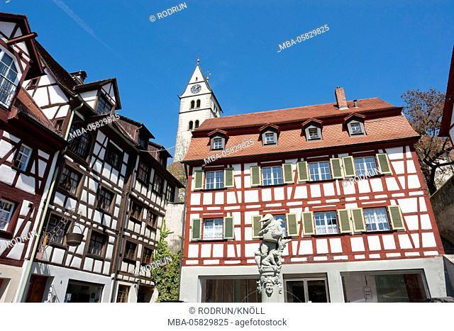 Germany, Baden-Wurttemberg, Meersburg, half-timbered houses in the Winzergasse, Schnabeltiere-Brunnensäule (fountain pillar)