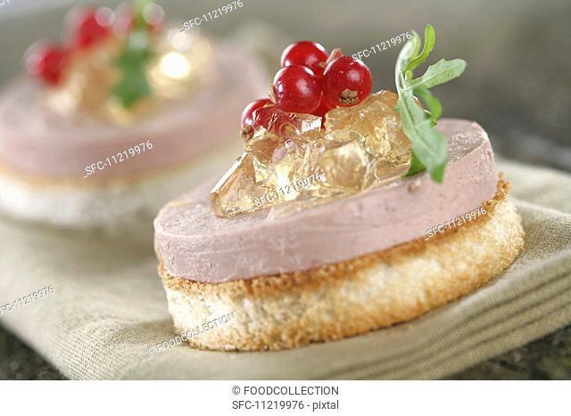 *** Local Caption *** canapés,appetizer,tapas,appetizers,cold,small portions,foie gras,duck liver,poultry,jellies,moscatel (muscat),redcurrant,red fruits