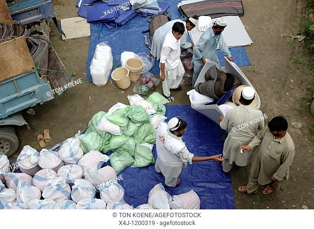 aid distribution to pakistan flood victims