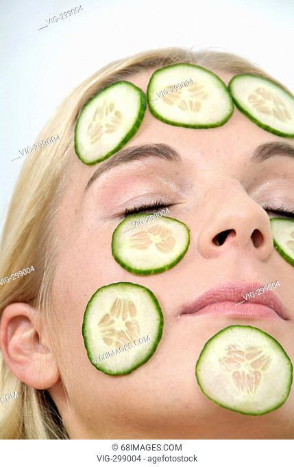 Gurkenmaske - Gesicht mit Gurkenscheiben - Beauty - woman - Lifestyle. - Studio, GERMANY, 24/08/2006