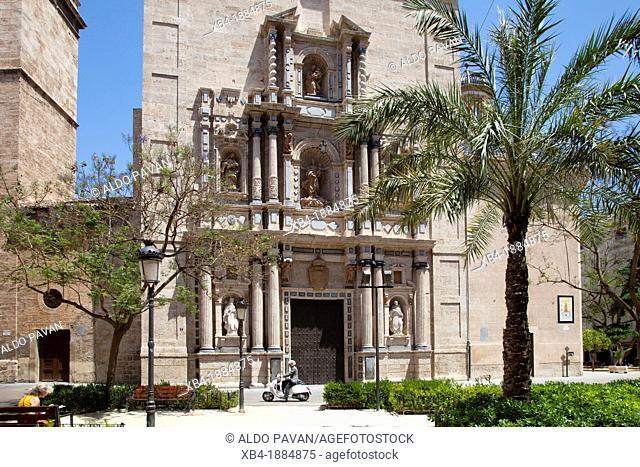 Spain, Valencia, plaza y iglesia Carmen