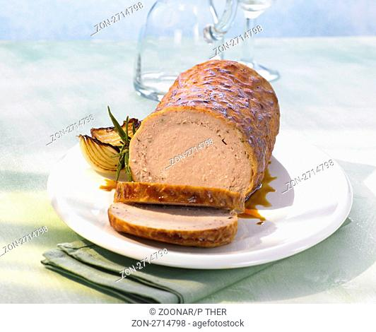 Angeschnittener Hackbraten mit Bratensaft und Zwiebel , meatloaf with gravy and onion