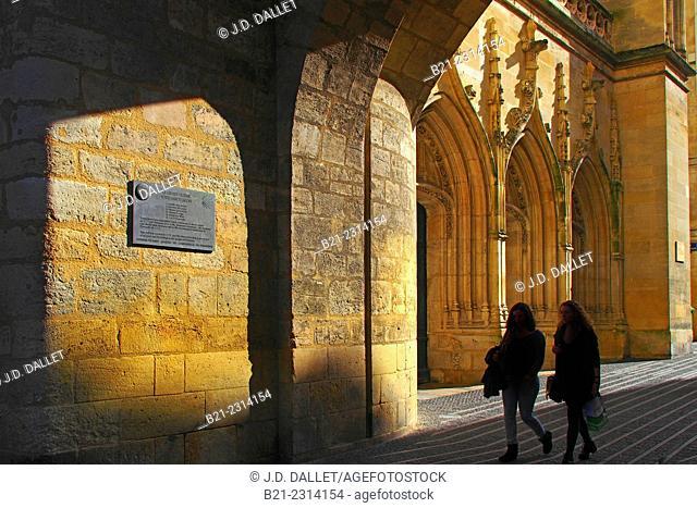 """France, Aquitaine, Gironde,  Under the """"Grosse Cloche Porta san jacobi"""" gate at Bordeaux the Saint Eloi churchPilgrimage way to Santiago de Compostela"""