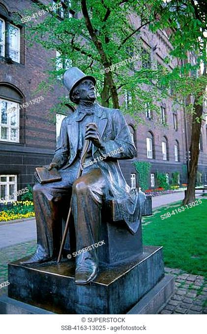 DENMARK, COPENHAGEN, OLD TOWN, STATUE OF HANS CHRISTIAN ANDERSEN