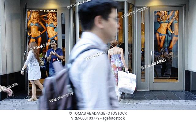 Victoria's Secret store, August rush hour afternoon, 34 th Street, Herald Square, Manhattan, Broadway, New York City, USA