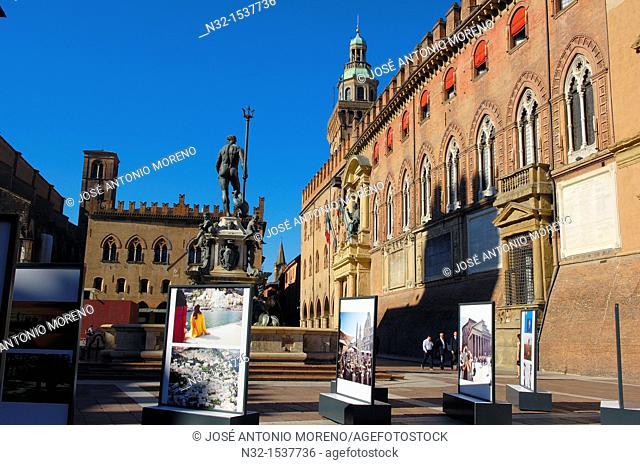 Palazzo d'Accursio (aka Palazzo Comunale, Town Hall) and Fountain of Neptune on Piazza Maggiore, Bologna, Emilia-Romagna, Italy