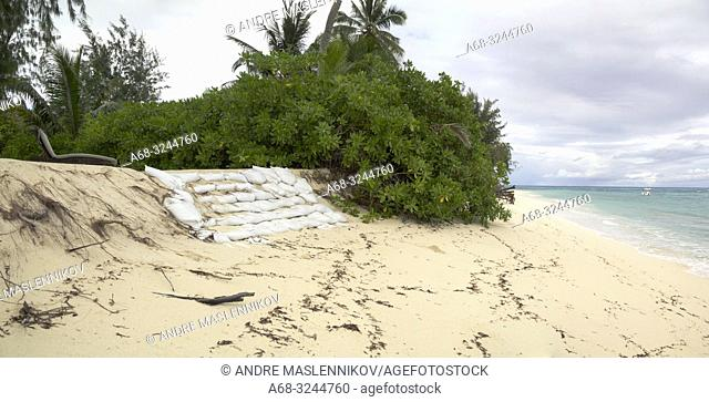 The coral sand beach is eroded. The reef outside is dead, the waves erods the shore and the island of Denis is destroyed