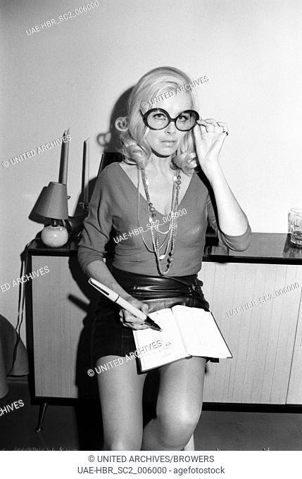 Die Schauspielerin Elga Machaty bei einem Fotoshooting, Deutschland 1960er Jahre. Actress Elga Machaty doing a photo shoot, Germany 1960s