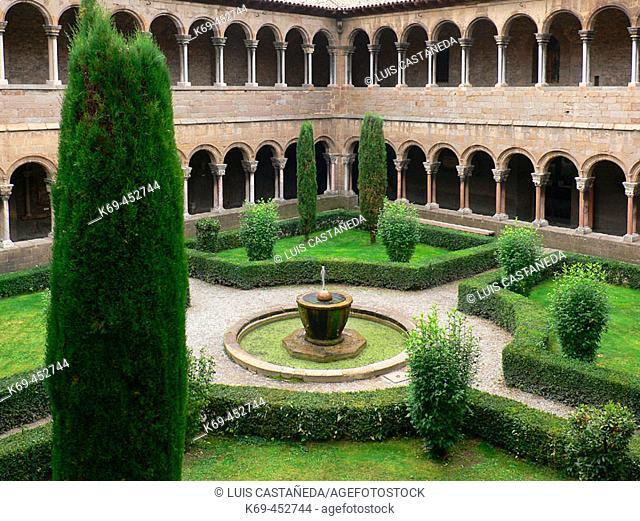Cloister, Romanesque monastery of Santa María de Ripoll (12th century), Ripoll. Girona province, Catalonia, Spain