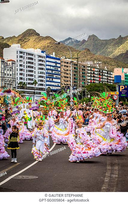PARTY IN THE STREET, CARNIVAL IN SANTA CRUZ DE TENERIFE, ISLAND OF TENERIFE, CANARY ISLANDS, SPAIN, EUROPE