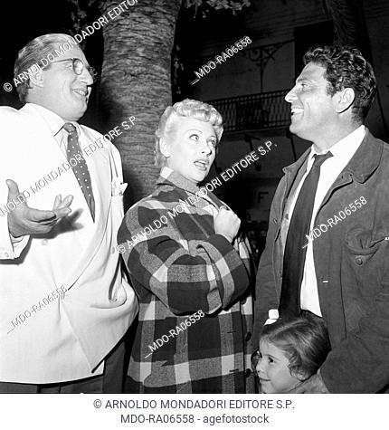 Italian actors Raf Vallone (Raffaele Vallone) and Mario Carotenuto posing with French actress Martine Carol on the set of The Beach. Italy, 1953