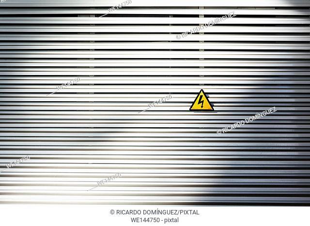 Electric signal in a metalic wall