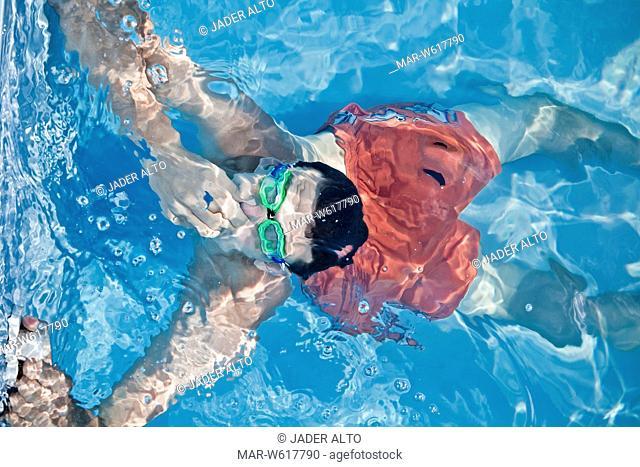 un uomo in piscina