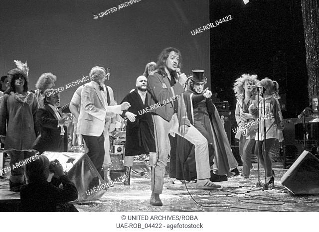 """Der deutsche Rockmusiker Udo Lindenberg beim Konzert zu seiner LP """"""""Dröhnland Symphonie"""""""" im Operettenhaus in Hamburg, Deutschland Ende 1970er Jahre"""