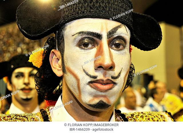 Uniao da Ilha samba school, made-up man dressed as medieval Spaniard, Carnaval 2010, Sambodromo, Rio de Janeiro, Brazil, South America