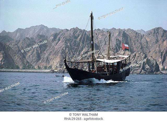 Dhow leaving Muttrah harbour, Muscat, Oman, Middle East