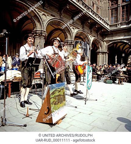 Eine Volksmusikgruppe aus Mitterberg geben ein Konzert in Wien, Österreich 1980er Jahre. A folk music group from Mitterberg giving a concert in Vienna