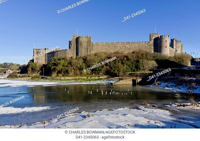 UK, Wales, Pembrokeshire, Pembroke Castle winter