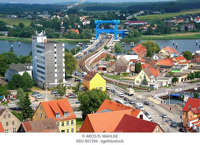 Stadtzentrum mit Peenestrom und Klappbruecke, Wolgast, Mecklenburg-Vorpommern, Deutschland