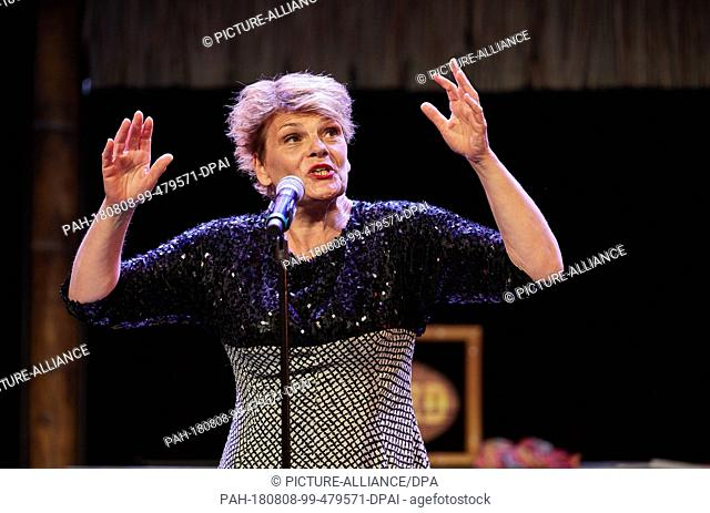 08.08.2018, Hamburg: Gayle Tufts, entertainer, will be on stage at the Schmidt Theater during the dress rehearsal for the birthday show