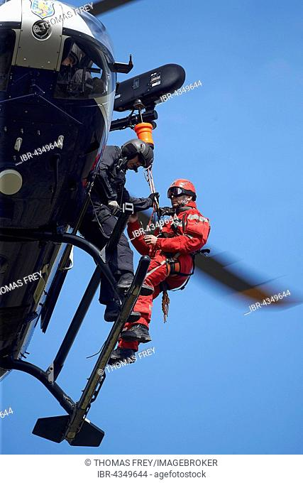 Heights rescuer of the fire brigade Wiesbaden practice with the police helicopter squadron Hesse, Ettringen, Rhineland-Palatinate, Germany