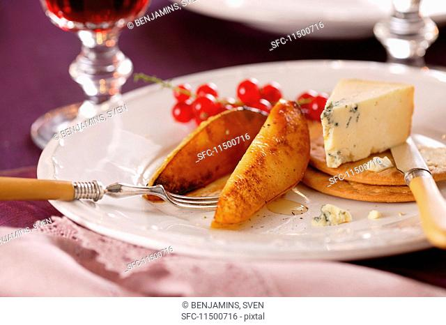 Roasted pears with blue cheese and crackers