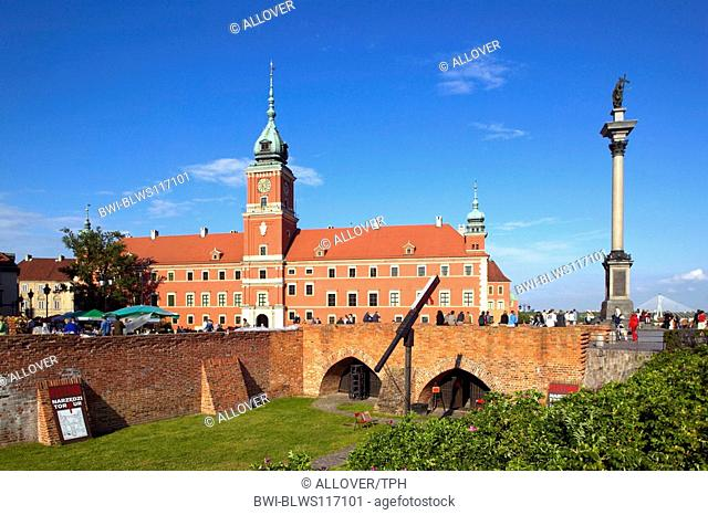 Poland, Warsaw palace plaza with kings castle