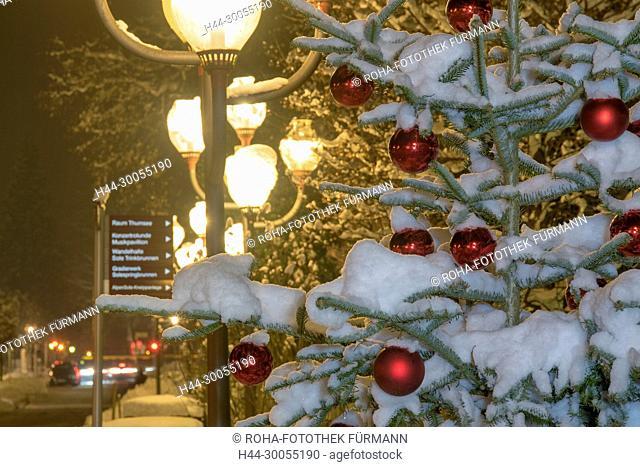 Bayern, Berchtesgadener Land, Bad Reichenhall, Fußgängerzone, Fussgaengerzone, Winter, Schnee, Weihnachten, Christbaum, Christbaumkugeln, rot, Nacht, Christbaum