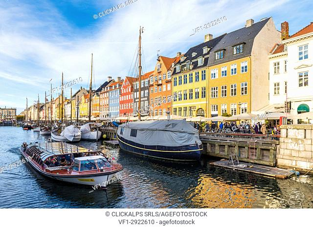 Denmark, Hovedstaden, Copenhagen. Colourful buildings along the 17th century waterfront of Nyhavn