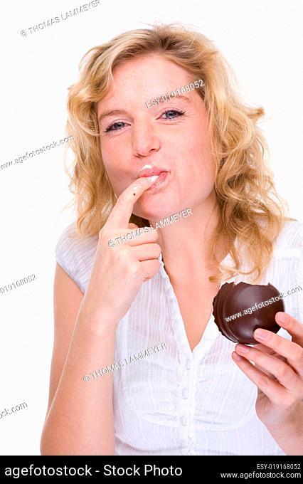 Junge Frau mit Mohrenkopf