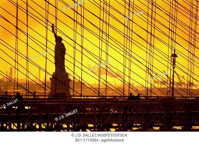 USA, New York, statue of the Liberty behind the Brooklyn bridge