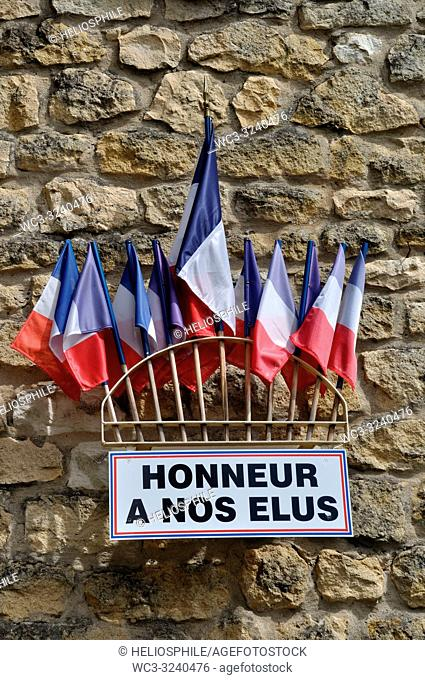 """24 La roque Gageac, détail façade de la mairie, onze drapeaux français et l'inscription """"""""HONNEUR A NOS ELUS"""""""""""