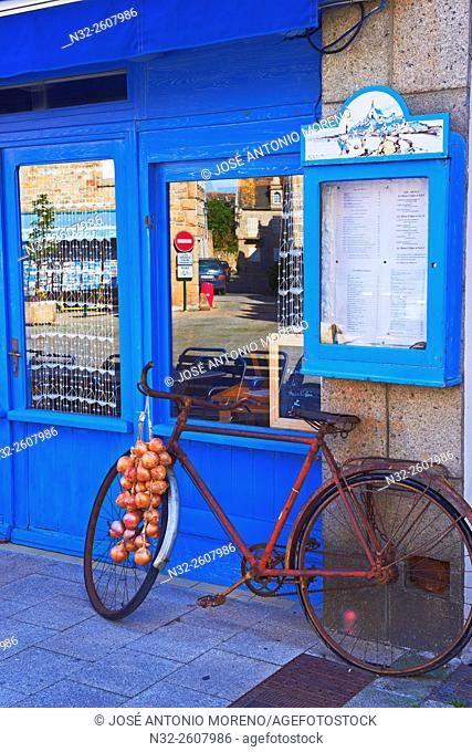 Roscoff, Famous Onions from Roscoff transported by farmers on bicycles, Finisterre, Bretagne, Brittany, Morlaix distict, France