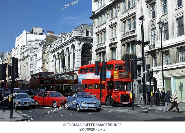 Busses and cars waiting at a crossing in the city of London, Great Britain