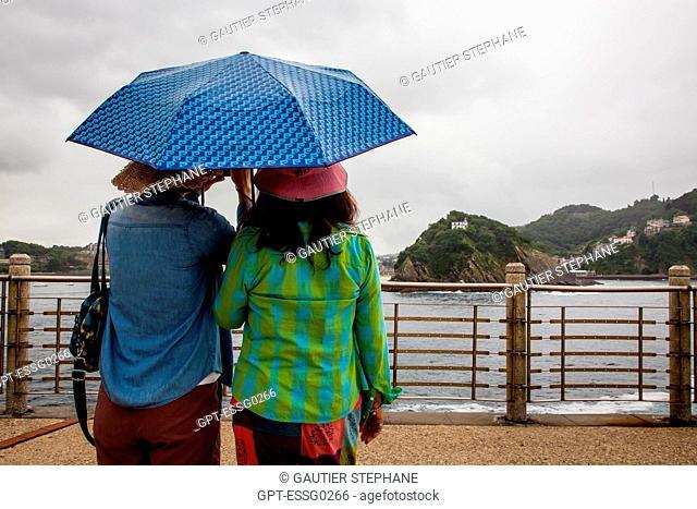 WOMEN WITH UMBRELLAS, LA CONCHA BAY, MONTE URGULL, SAN SEBASTIAN, DONOSTIA, BASQUE COUNTRY, SPAIN