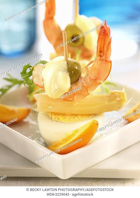 Pincho de esparrago, huevo cocido y aceituna con mayonesa