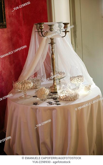 Table with confetti of spouses